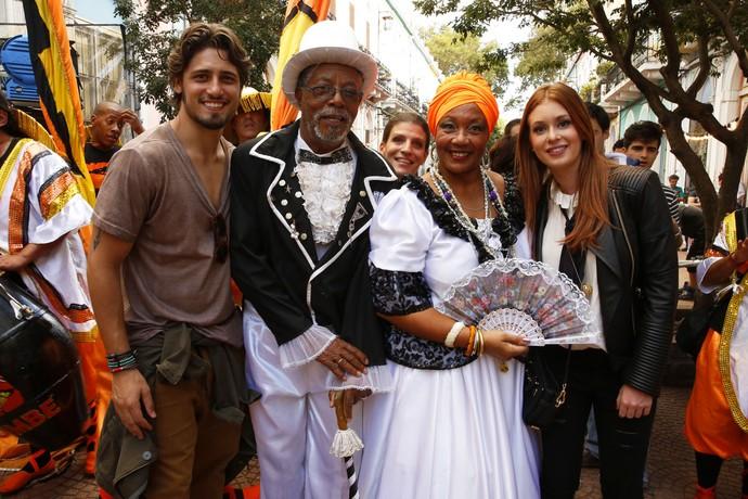 Atores posam ao lado de dançarinos que apareceram em cena da novela (Foto: Chico Couto/Gshow)