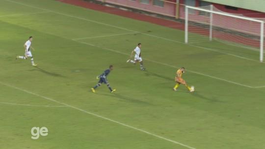 Em jogo do Acreano, atacante passa pelo goleiro e perde gol incrível; assista