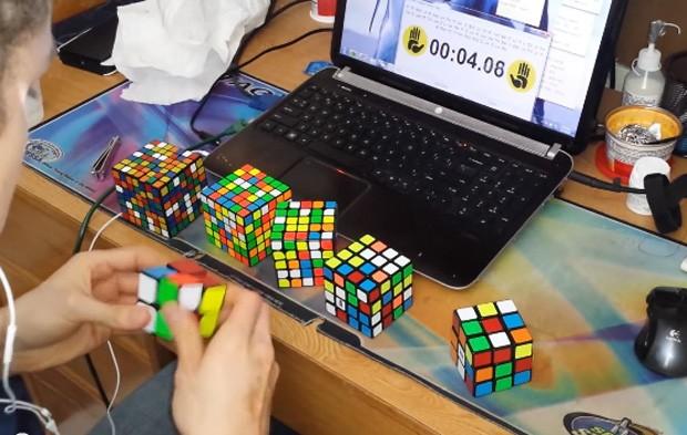 Kevin Hays resolveu seis cubos mágicos de dificuldades diferentes e afirma ter quebrado recorde mundial (Foto: Reprodução/YouTube/Kevin Hays)