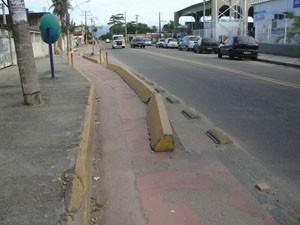 Estrutura que divide ciclovia e a Avenida João XXIII está com a estrutura danificada. (Foto: Mariucha Machado/G1)