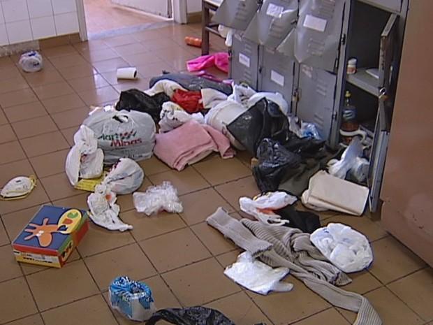 Bandidos reviraram armários e danificaram brinquedos (Foto: Reprodução/ InterTV)