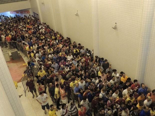 Falhas no transporte público frustram torcedores da Arena Pernambuco