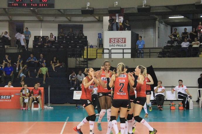 Jogadoras do Sesi-SP comemoram mais um ponto no jogo contra o Rio do Sul vôlei (Foto: Reprodução / Twitter Sesi-SP)
