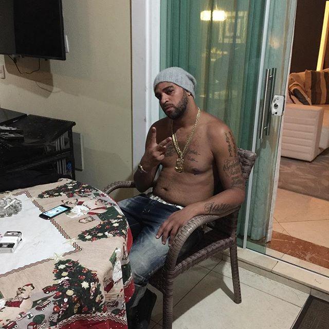 """BLOG: Sem camisa, Adriano faz cara de mau em foto e posta: """"Estou solteiro"""""""