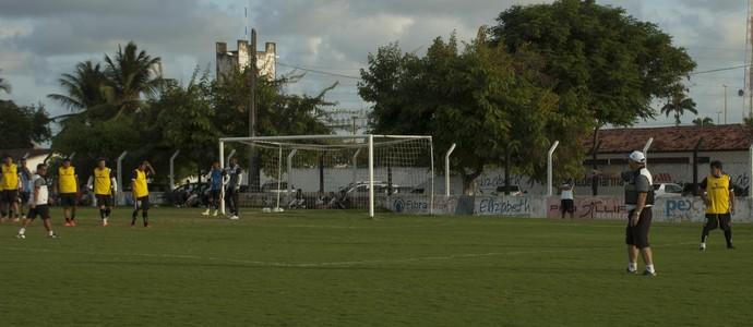 Vilar orienta jogadores do Belo durante treino na Maravilha do Contorno (Foto: Pedro Alves / GloboEsporte.com/pb)