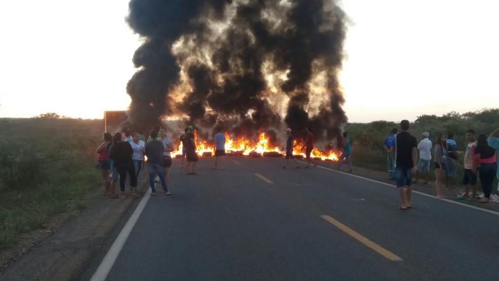 Cobrando segurança, moradores bloquearam os dois sentidos da via  (Foto: Divulgação/PM)