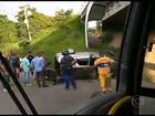 Carro capota e deixa ferido em acidente na Avenida Brasil, no Rio