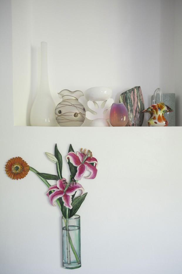 Vasos comprados em viagem ganham um canto próprio na decoração da casa (Foto:  Rafael Avancini)