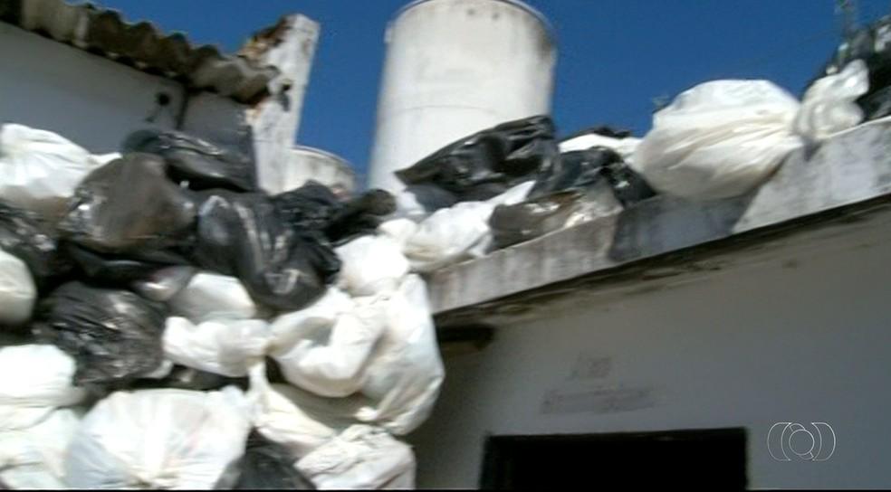 Sacos de lixo são colocados até no teto de depósito (Foto: Reprodução/TV Anhanguera)