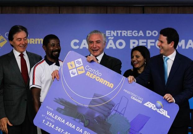 Michel Temer participa da entrega do cartão reforma (Foto: Marcos Corrêa/PR)