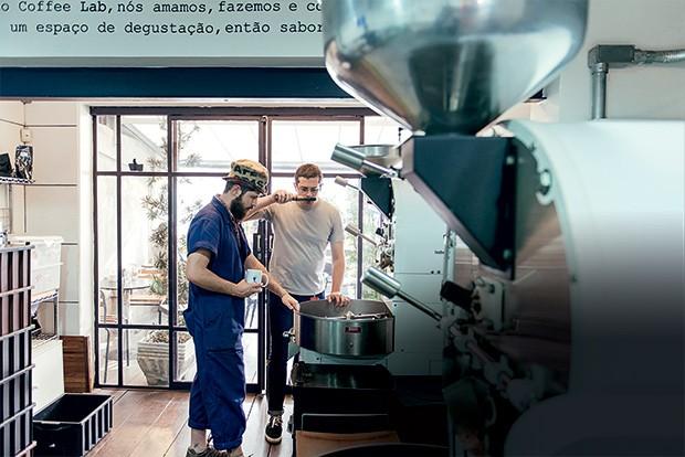 BRENO PIRES 29 anos  Ganhou da namorada um curso de café no Coffee Lab, em São Paulo. Ele diz que nunca mais comprou café moído para fazer em casa. Passou a comprar grãos e moer na hora   (Foto: Filipe Redondo/ÉPOCA)