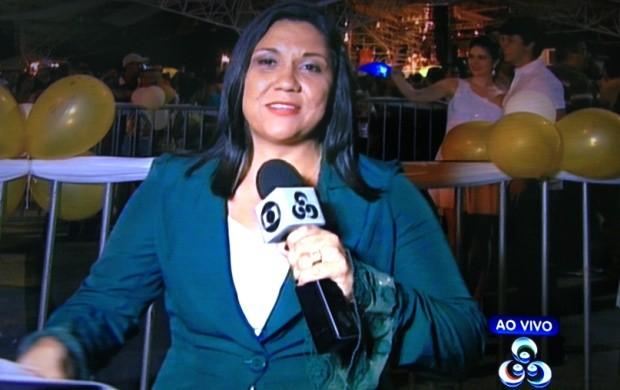 Repórter Érica Figueredo na transmissão ao vivo da festa de Réveillon (Foto: Emmily Melo/G1)