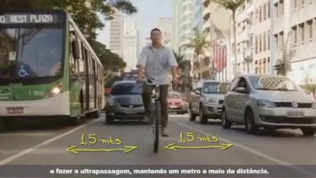 Ciclista ocupando a pista da forma mais segura e setas indicando a distância que os motoristas devem respeitar: as duas informações mais importantes da campanha. (Foto: Reprodução)