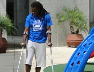 Tinga, volante do Cruzeiro, em recuperação da cirurgia (Foto: Tayrane Corrêa)