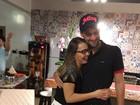 Munhoz, da dupla com Mariano, troca carinhos com a namorada grávida