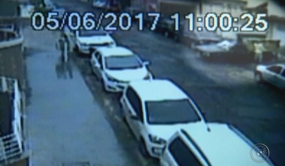 Circuito de segurança registrou a ação dos criminosos (Foto: Reprodução / TV TEM )