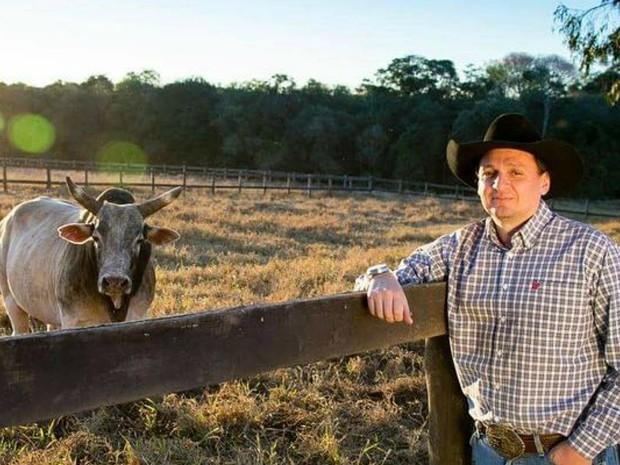 Ricardo Bentinho Dias e o touro Pesadelo no 'asilo' para animais de rodeio (Foto: Adilson Silva/Fotoperigo)