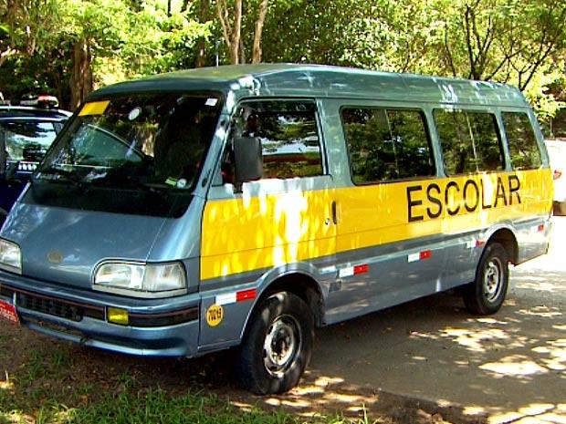 Van escolar é recolhida ao páteo de delegacia após atropelar criança em Campinas (Foto: Reprodução / EPTV)