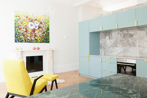 Décor do dia: cozinha integrada com elementos coloridos (Foto: Megan Taylon/ divulgação)