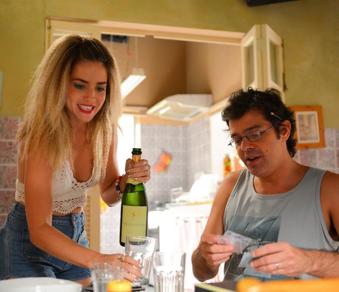 Tina e Rui abrem champanhe para comemorar a vida (Foto: Pedro Carrilho/ Gshow)