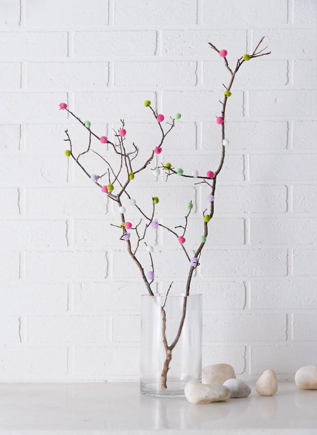 Deu galho. Bolinhas de lã no lugar de flores, fixas em galhos, fazem uma composição fofa e original. Vaso da LS Selection (Foto: Cacá Bratke / Editora Globo)