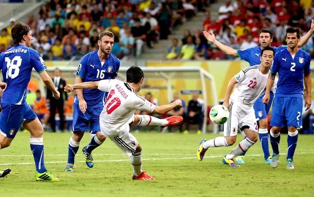 Shinji Kagawa chute jogo Itália Japão (Foto: Reuters)