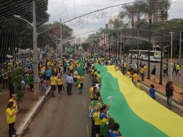 Grupo segura faixa em protesto pró-impeachmente de Dilma, em Goiânia (Foto: Vitor Santana/G1)