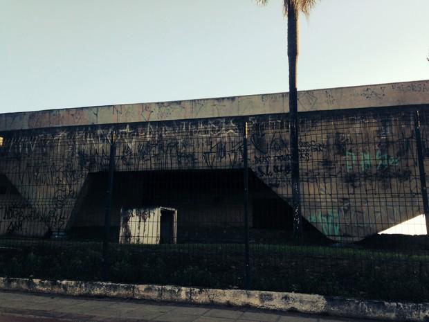 Obra de Artgigas, garagem de barcos, na Represa Guarapiranga está abandonada  (Foto: Cíntia Acayaba/G1)
