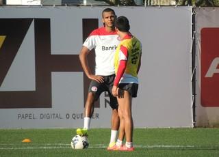 Ernando treino após ter sofrido choque com jogador do Atlético-PR (Foto: Paula Menezes/GloboEsporte.com)
