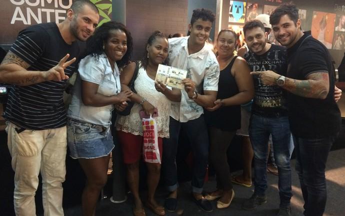 Banda Duas Medidas tira fotos com fãs na loja oficial do Festival de Verão (Foto: Paula Outerelo/Acervo pessoal)
