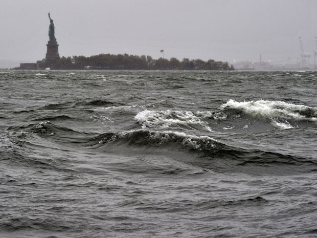 Estátua da Liberdade, em Nova York, no dia em que passou o furacão Sandy, no fim de outubro de 2012 (Foto: AFP PHOTO / TIMOTHY A. CLARY)