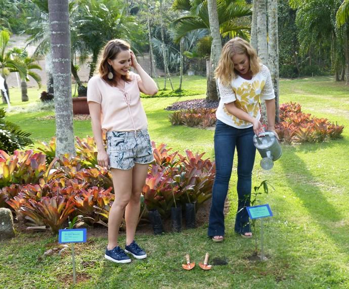 Angélica e a atriz regam suas plantas (Foto: Nathália Gomes/Gshow)
