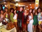 Marquezine e Viviane Pasmanter almoçam com elenco de novela