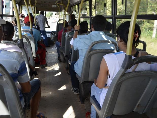 Assentos sem estofado num dos 24 ônibus que operam as linhas Macapá-Santana (Foto: Maiara Pires/G1)
