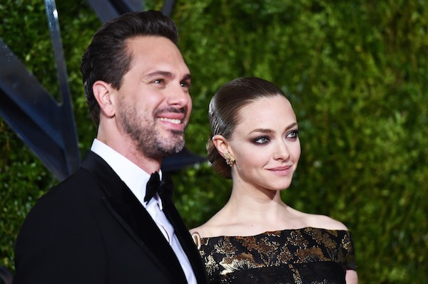 A atriz Amanda Seyfried e o noivo, o ator Thomas Sadoski (Foto: Getty Images)