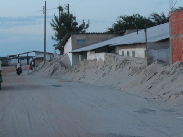 Moradores relatam que o avanço das dunas está acontecendo de forma rápida (Foto: Ellyo Teixeira/G1)