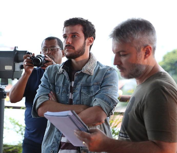 Nos bastidores de Haja Coração, o ator se prepara para cena ao lado do diretor artístico da trama, Fred Mayrink (Foto: Carol Caminha/Gshow)