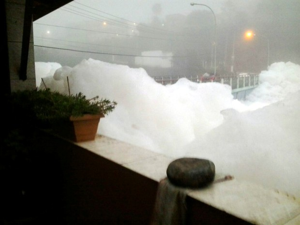 Espuma chega à janela de comerciante em Pirapora do Bom Jesus (Foto: Arquivo pessoal/José Pallazzolli)
