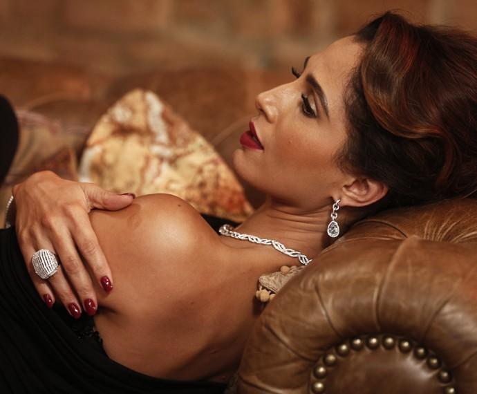 Regina é fotografada no antiquário de Estela (Foto: Inácio Moraes/Gshow)