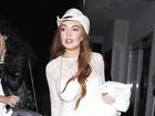 De vestido curtinho, Lindsay Lohan vai a restaurante japonês
