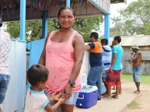 Maria Auxiliadora depende de plantio para sustentar a família (Foto: Suelen Gonçalves/G1 AM)