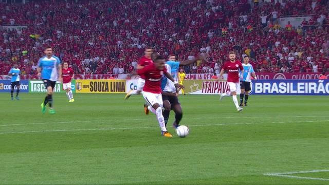 <p> Ednilson invade a área, Diego Ivo faz o corte e o jogador do Inter pede pênalti</p>