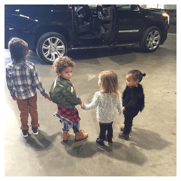 North West, filha Kim Kardashian e Kanye West, com amigos (Foto: Instagram/ Reprodução)