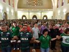 Torcedores da Chapecoense oram e fazem passeata por vítimas de tragédia