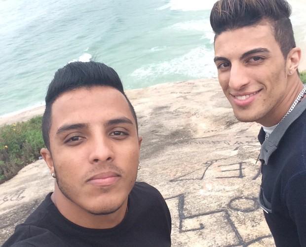 Ao ar livre! Danilo e Rafael em momento de curtição durante folga dos shows (Foto: Arquivo pessoal)