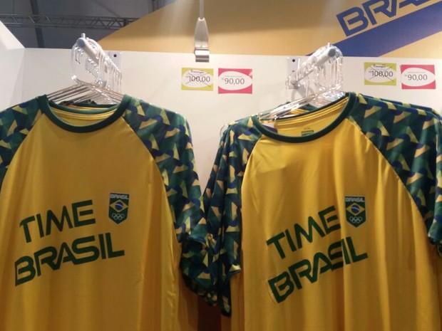 7dd4fe2680 Camisas também entraram em liquidação na Mega Store da Rio 2016 (Foto   Cristina Boeckel
