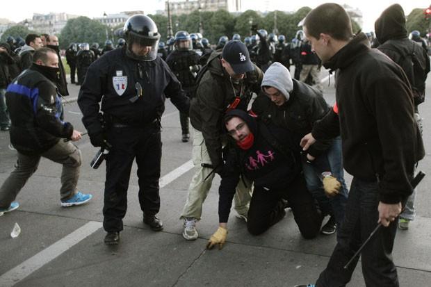 Homem contra o casamento gay é preso durante confusão nas ruas de Paris. Lei foi aprovada em abril deste ano pelo presidente François Hollande, que prometeu durante sua campanha presidencial o 'casamento para todos' (Foto: Laurent Cipriani/AP)