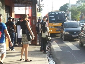 Paralisação afeta a circulação de ônibus em diversos pontos da cidade (Foto: Girlene Medeiros/G1 AM)
