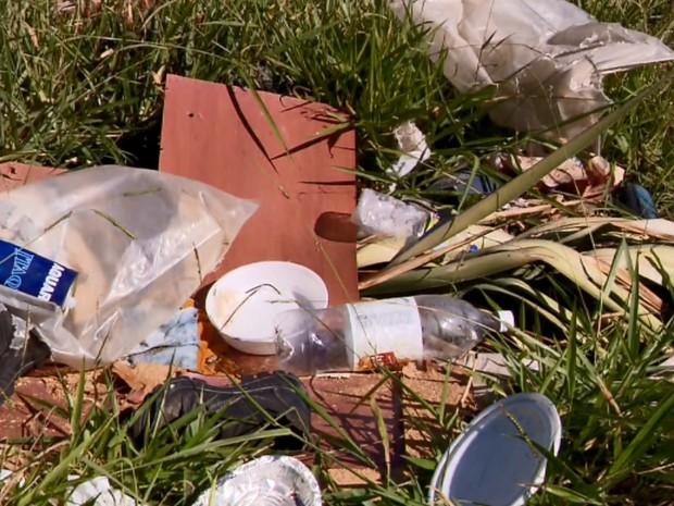Acúmulo de lixo pode ser responsável por casos de dengue no Parque Jussara, em Três Corações (Foto: Reprodução EPTV)