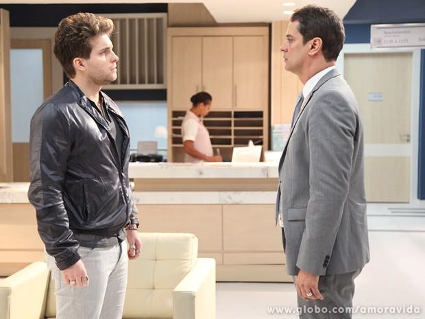 Niko vai até o hospital e pede que Eron confirme que os dois ainda estão juntos (Foto: Amor à Vida / TV Globo)